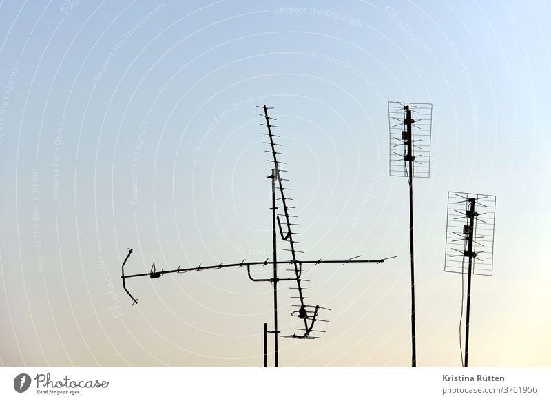 antennen im abendhimmel fernsehantenne tv-antennen empfang signale fernsehen television radio verbindung empfangen empfänger technik kommunikation terrestrisch