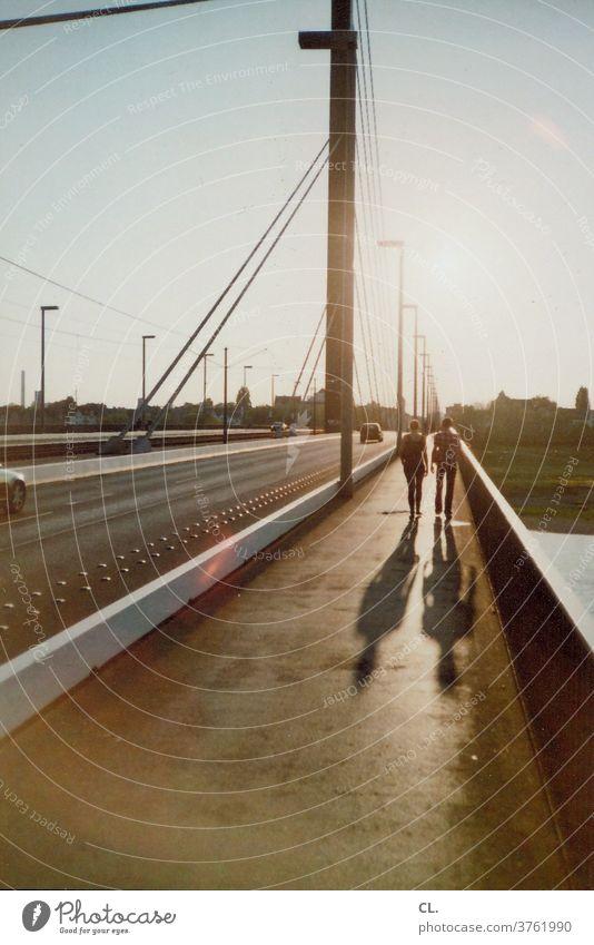 theodor-heuss-brücke, düsseldorf Brücke Düsseldorf Rhein Paar Auto Stadt Architektur Himmel analog Verkehr Verkehrswege gehen Straße Straßenverkehr Wege & Pfade