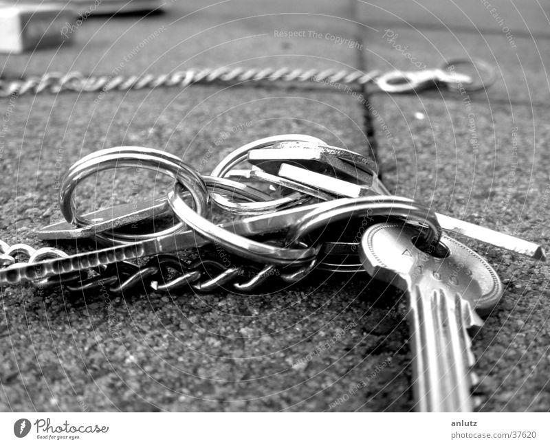 schlüsselbund Schlüssel Terrasse Makroaufnahme Nahaufnahme Schwarzweißfoto key keys Kette Metall silber Kreis