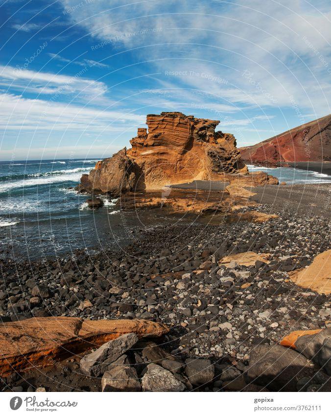 Felsenküste auf Lanzarote Außenaufnahme Ferien & Urlaub & Reisen Landschaft Menschenleer Himmel Kanaren Meer Spanien Wolken Wasser Insel Stein Tourismus Natur