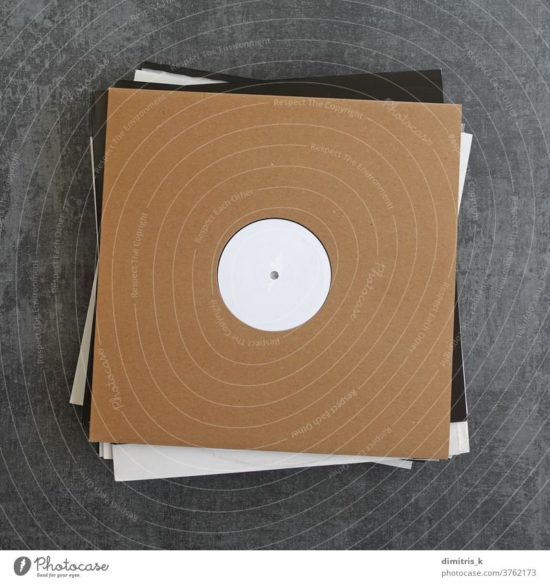 weiße Label-Vinyl-Schallplatten in Papphüllen Aufzeichnungen kennzeichnen Musik blanko Haufen Werbung Karton Ärmel umfasst Attrappe Vorlage Hintergrund braun