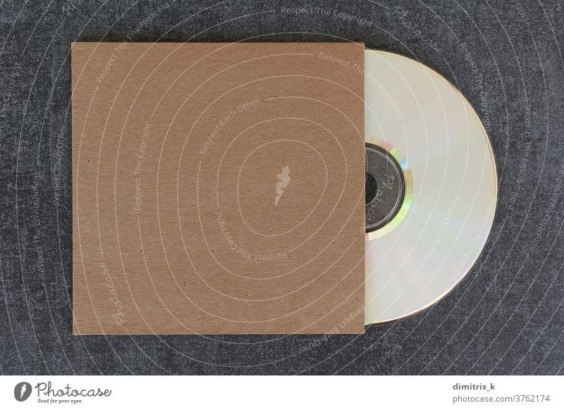 Compact-Disc-Rohling und allgemeine Kartonhülle Compact Disc kompakt Scheibe blanko Attrappe dvd Deckung weiß kennzeichnen generisch braun Hülse Vorlage