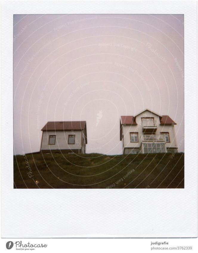 Zwei isländische Häuser auf Polaroid Island Haus Landschaft wohnen Einsamkeit Gebäude Außenaufnahme Menschenleer Farbfoto Hütte Wiese Dach Hügel Balkon Fenster