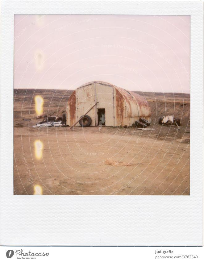 Isländische Scheune auf Polaroid Island Haus Landschaft Einsamkeit Gebäude Außenaufnahme Menschenleer Farbfoto Hütte Wiese Fenster Häusliches Leben Stimmung