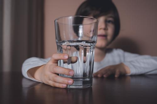 Kind mit Wasserglas Getränk groß Junge Kaukasier Kindheit Sauberkeit Nahaufnahme niedlich täglich Diät trinken Auge Gesicht Finger frisch Glas Hand Gesundheit