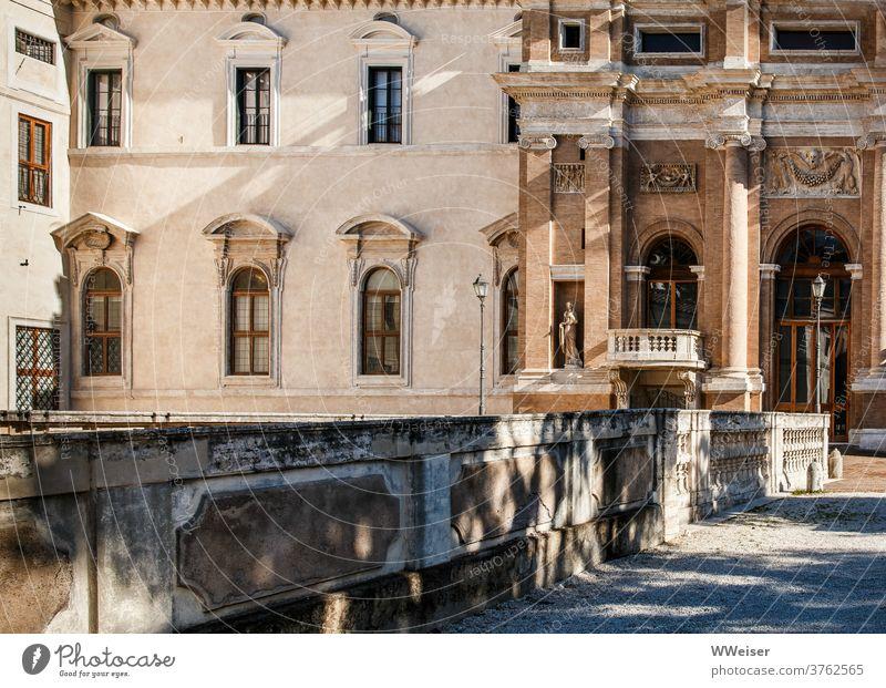 Sonnenlicht und Schattenspiel auf einem alten römischen Palazzo Villa Rom Italien Barberini Museum Kunst Barock Palast Kunstmuseum historisch Architektur Licht
