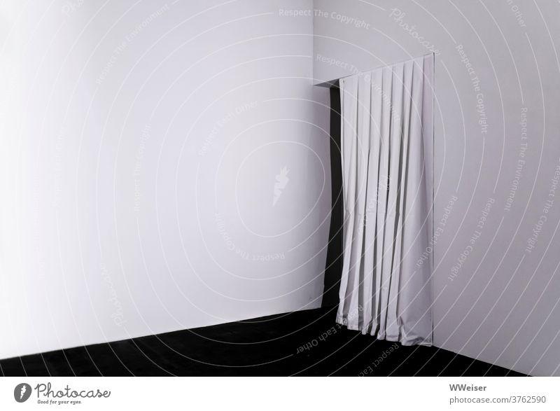 Weißer Raum mit weißem Vorhang und dahinter Dunkelheit schwarzweiß Ecke Ausgang Eingang Geheimnis Öffnung Tür Durchgang minimalistisch Spannung Erwartung