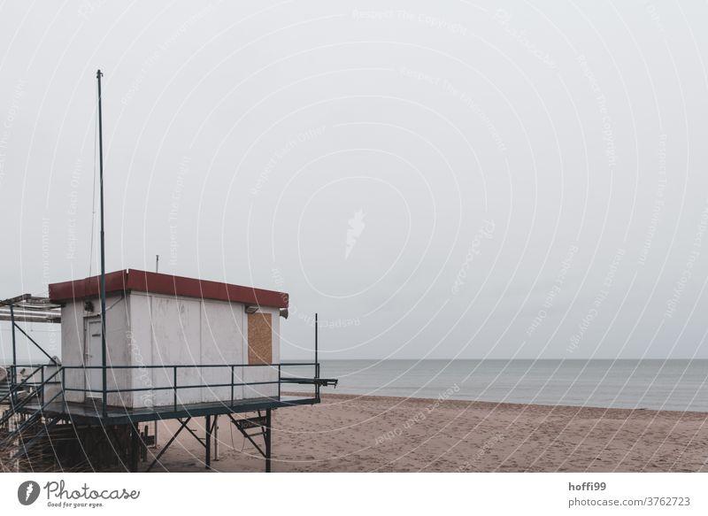 ein trüber Tag am Meer Rettungsturm Herbst Rettungsschwimmer Strandposten Sicherheit Turm Bademeister Sand Insel Küste Hochsitz Wasser Brandung Wellengang