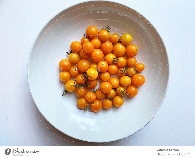 Sonnengetrocknete Kirschtomaten in weißer Schale Tomaten Sommeressen Zutaten Nahaufnahme Gemüse roh frisch
