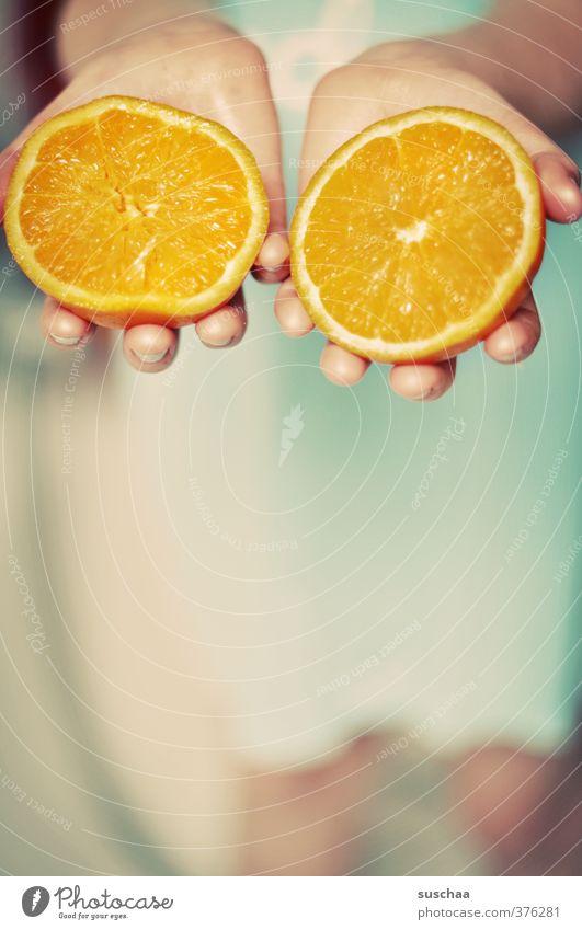 noch bissl vitamin c feminin Kind Mädchen Kindheit Hand Finger 1 Mensch 8-13 Jahre frisch Gesundheit süß orange Frucht saftig lecker festhalten Farbfoto