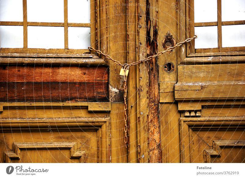 Geschlossen - oder die Tür einer alten, lange verlassenen Villa ist mit einer Kette verriegelt lost places Menschenleer Farbfoto Tag Haus Architektur Gebäude