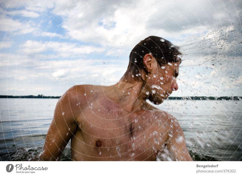 Schüttel dein Haar Mensch Jugendliche Ferien & Urlaub & Reisen Wasser Sommer Sonne Freude Junger Mann Leben Männlicher Akt Haare & Frisuren Freiheit