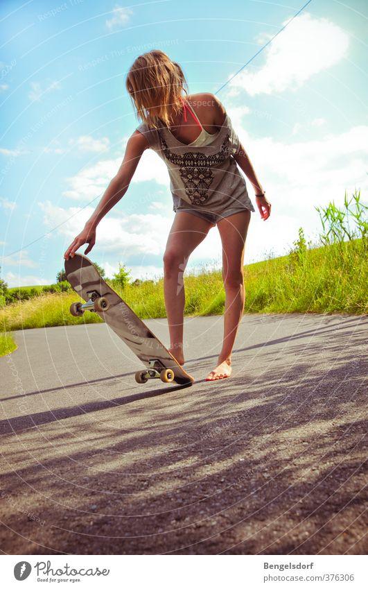 Skate, baby! Freizeit & Hobby Skateboarding Sport Mensch feminin Junge Frau Jugendliche 1 T-Shirt Jeanshose Bikini Barfuß blond Bewegung rebellisch sportlich