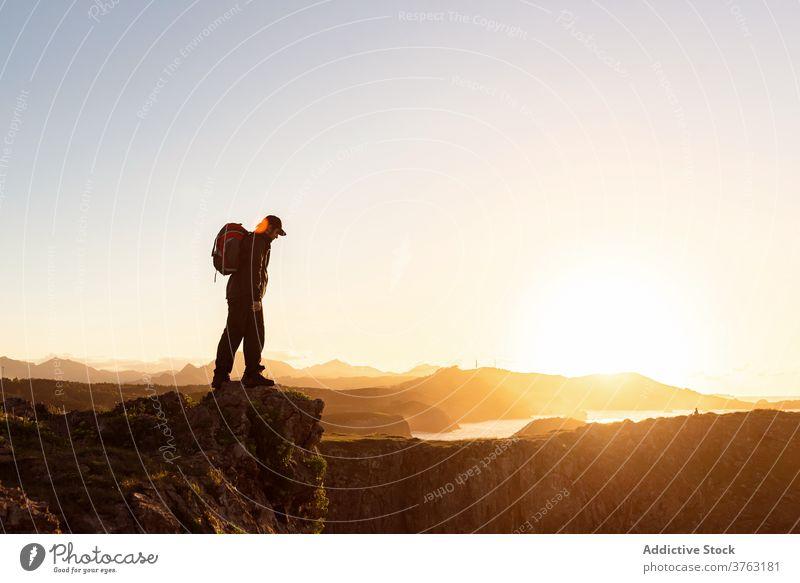 Unerkennbar reisender Mann auf Hügel bei Sonnenuntergang Wanderer Rucksack Berge u. Gebirge bewundern Urlaub Trekking männlich Felsen erstaunlich