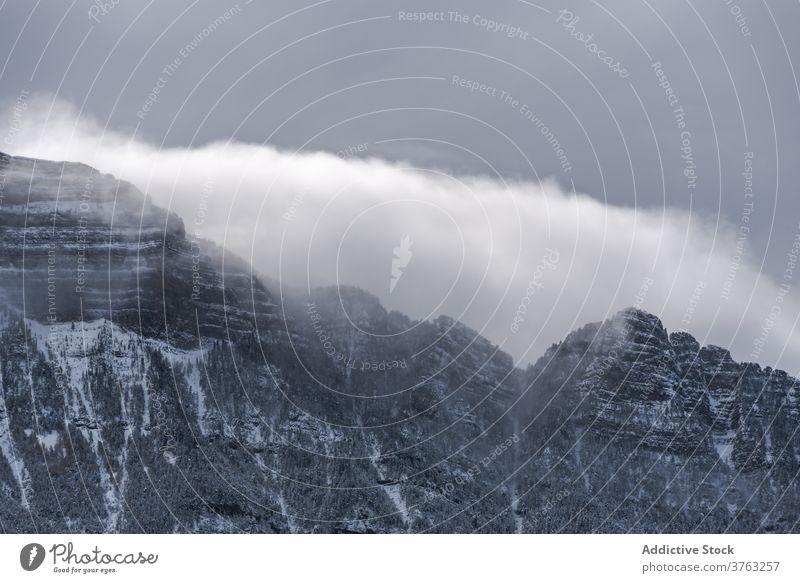 Verschneiter Bergkamm im Winter Berge u. Gebirge Ambitus Schnee wolkig Himmel Nebel dramatisch Hochland Landschaft erstaunlich Pyrenäen Huesca Spanien