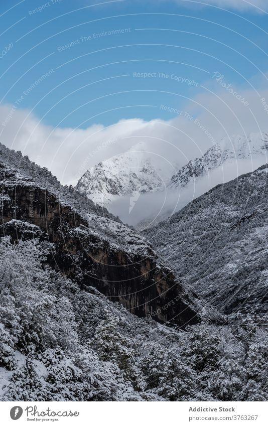 Verschneiter Bergkamm im Winter Berge u. Gebirge Ambitus Schnee wolkig Himmel dramatisch Hochland Landschaft erstaunlich Pyrenäen Huesca Spanien spektakulär