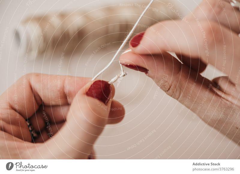 Kunsthandwerker bei der Arbeit mit Fäden im Atelier Handwerkerin dekorativ hell Werkstatt handgefertigt Faser Element Soutache Dekoration & Verzierung kreativ
