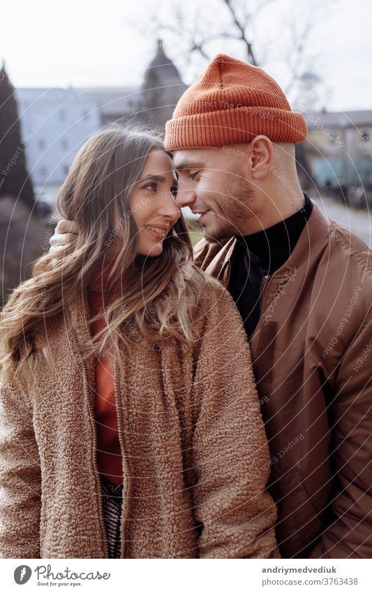 junges glückliches Paar mit Altstadthintergrund. Ein Liebespaar bei einem Spaziergang im Innenhof der Altstadt. Vor dem Hintergrund, rote Backsteinmauern. selektiver Fokus