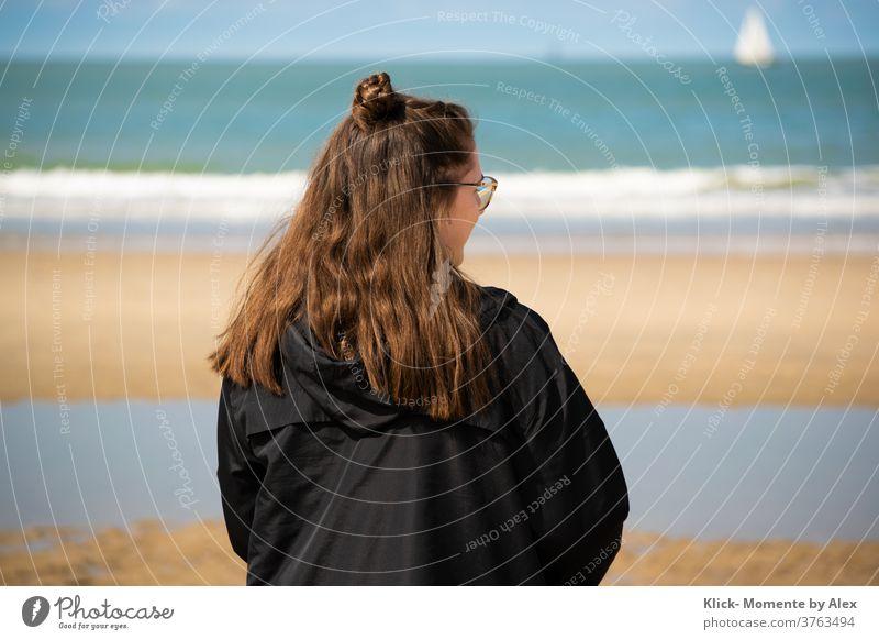 Mädchen am Strand Meer Sand Sommer Urlaub Reisen Teenager Wasser Erholung Rücken hinten lange Haaare Mensch Natur jung Den Haag Stadtstrand Wellen