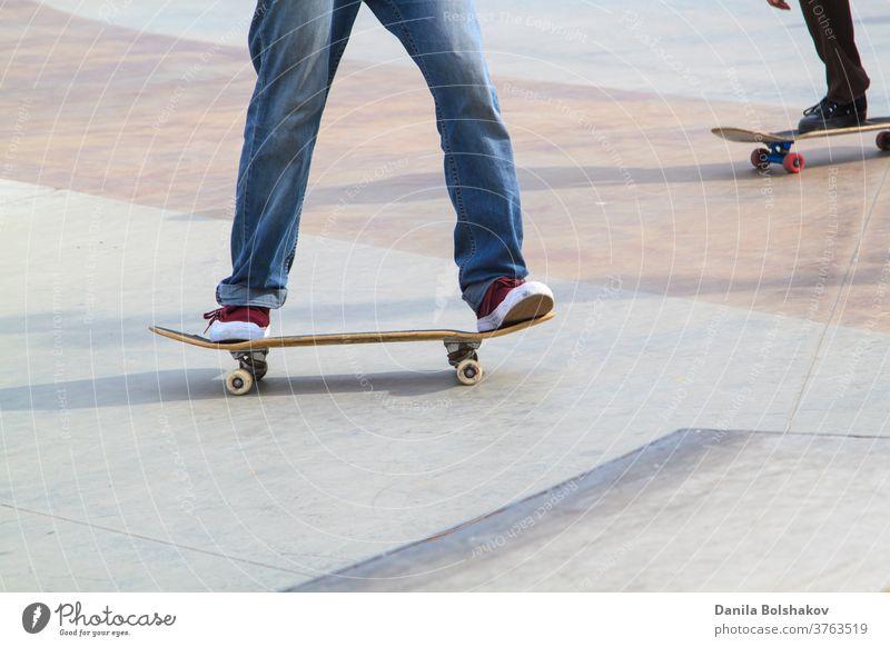 Junger Mann übt auf dem Skateboard im Skatepark Aktion aktiv Athlet sportlich Holzplatte Boarding lässig Wettbewerb Kultur Schiffsdeck dynamisch Energie extrem