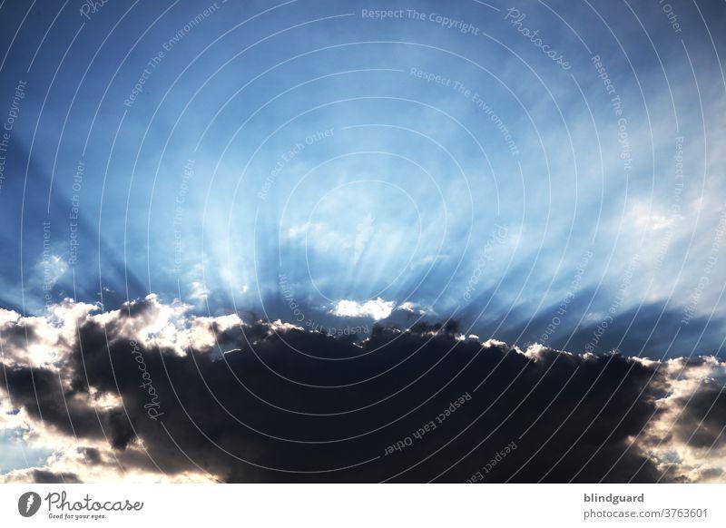 Hinter jeder dunklen Wolke verbirgt sich auch ein Licht. Wenn Sonnenstrahlen strahlen. Wo Licht ist, ist auch Schatten Wolken dunkle Wolke Himmel