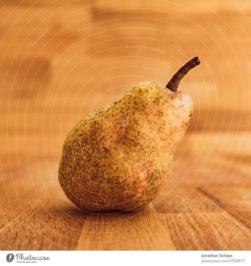 Birne Stillleben Nahaufnahme auf Holz Ernte Erntedank Erntedankfest Gemüse Herbst Holzhintergrund Holztisch Nahrung Obst Saison Selbstversorger bio