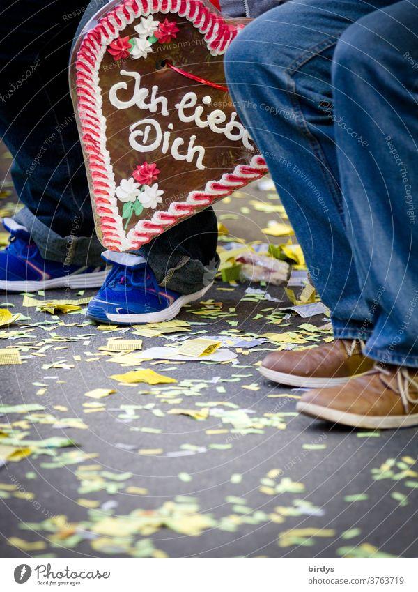 Lebkuchenherz mit Schrift , ich liebe dich. Sitzendes Paar auf einer Kirmes. Liebesbekundung, Partnerschaft Herz Jahrmarkt Kitsch Romantik Verliebtheit Gefühle