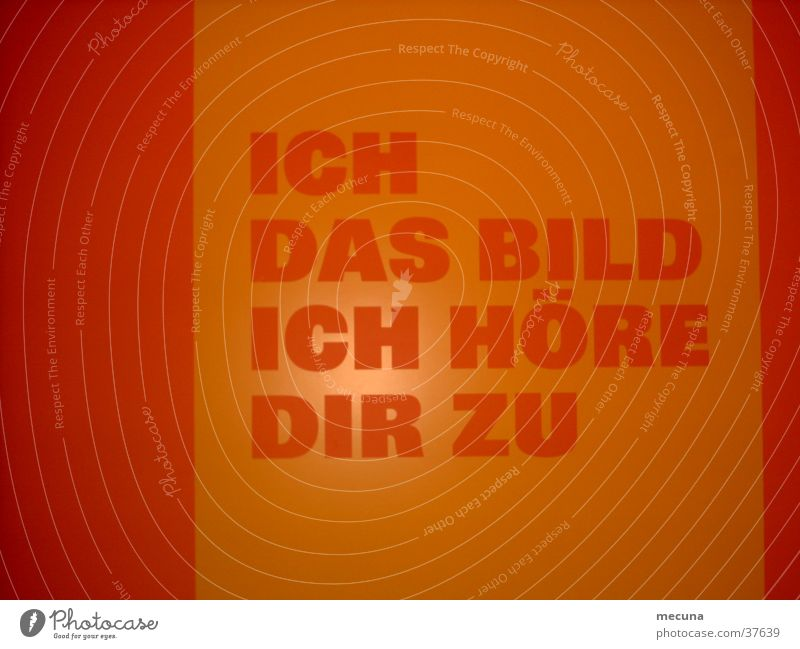 Durchgang fünf Höfe München orange Schriftzeichen Bild obskur