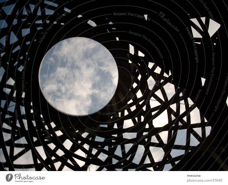 Metallkonstruktion in den fünf Höfen München Metallkugel Handwerk Metallobjekt Edelstahlkugel Spiralkugel Mond Himmel Graffiti Stahlplastik Olafur Eliasson