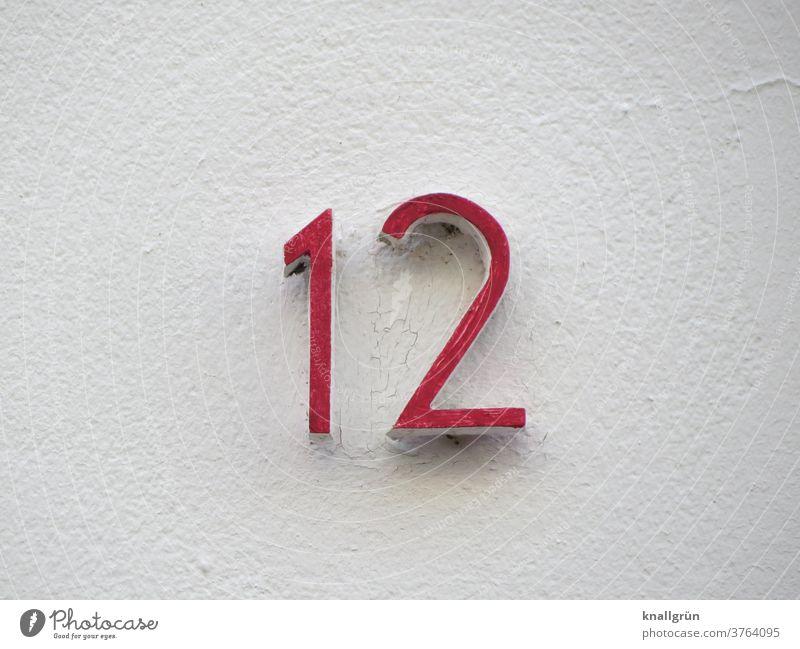 Rote Hausnummer 12 auf einer weißen Hauswand Ziffern & Zahlen Wand Fassade Schilder & Markierungen Mauer Außenaufnahme Farbfoto Menschenleer Zeichen Tag