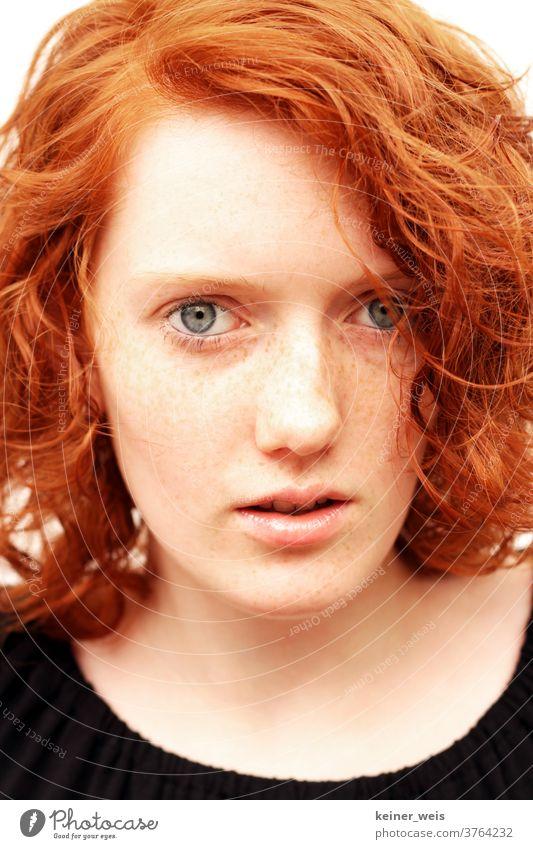 Gesicht einer jugendlichen rothaarigen Frau mit Sommersprossen in Nahaufnahme Totale Porträt Jugendliche Junge Frau Farbfoto Erwachsene 18-30 Jahre feminin