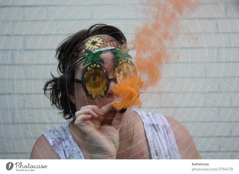 Ich rauche eine Rauchbombe in orange :-D Hippie Sommer Freude Porträt Außenaufnahme Frau Erwachsene Sonnenbrille Mensch Farbfoto feminin Rauchen verboten