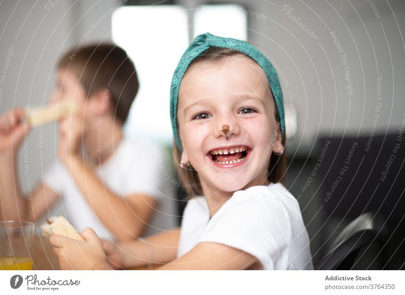 Geschwister essen Schokoladenbrot Mädchen Junge aufgeregt Kind erstaunt Kinder Essen heiter Lebensmittel optimistisch positiv Frühstück Mund Spaß Frau süß Glück