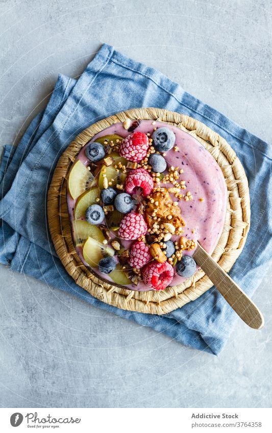 Appetitliche Smoothie-Schale auf dem Tisch Frühstück Schalen & Schüsseln Supernahrung Morgen Smoothie Schüssel Beeren Joghurt Gesundheit Lebensmittel lecker