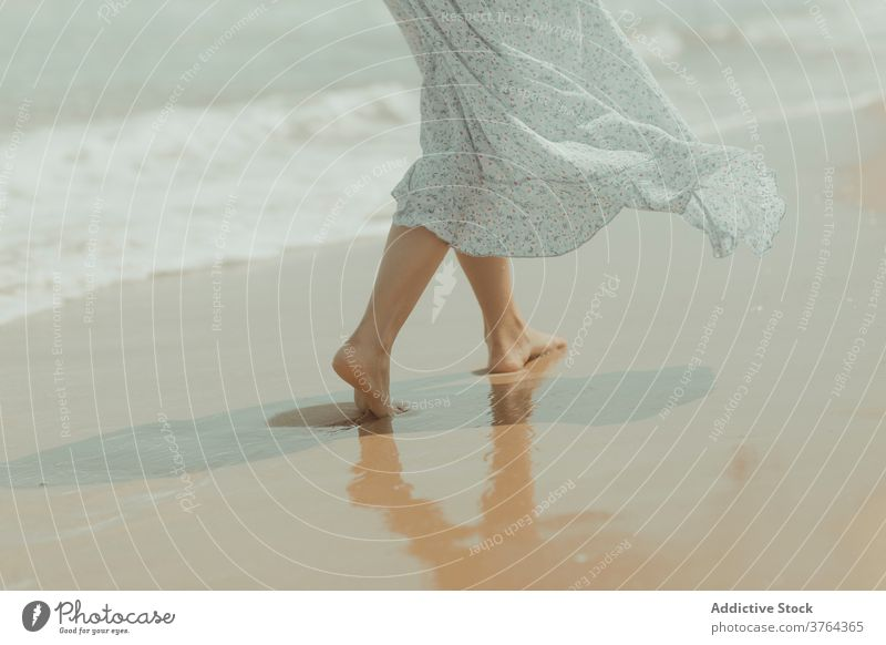 Anonyme Frau im Kleid spaziert am Sandstrand Strand Barfuß Bein Spaziergang Ufer Küste allein rein MEER sanft Spanien Valencia El Saler Strand Natur romantisch