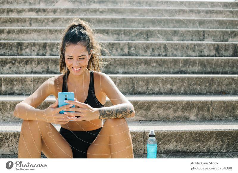 Sportlerin mit Mobiltelefon auf der Treppe Smartphone ruhen Training Apparatur Athlet Frau benutzend Mobile Telefon Gerät sich[Akk] entspannen urban Funktelefon