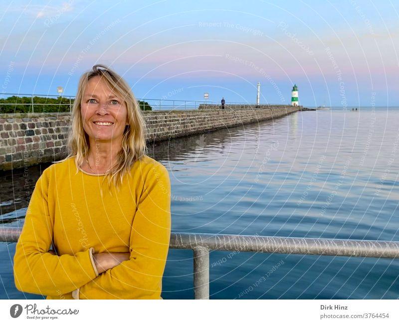 Lächelnde Frau auf der Lotseninsel Schleimünde / Schleswig-Holstein 45-60 Jahre Leuchtturm Erwachsene Porträt blond schön Mensch Ostsee weite Pause machen