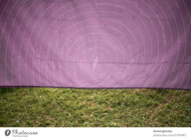 Lila farbige Bett Wäsche trocknet draußen in der Sonne Textil Waschtag Sauberkeit Wäscheleine Haushalt Bekleidung Wäsche waschen Wäscheklammern hängen
