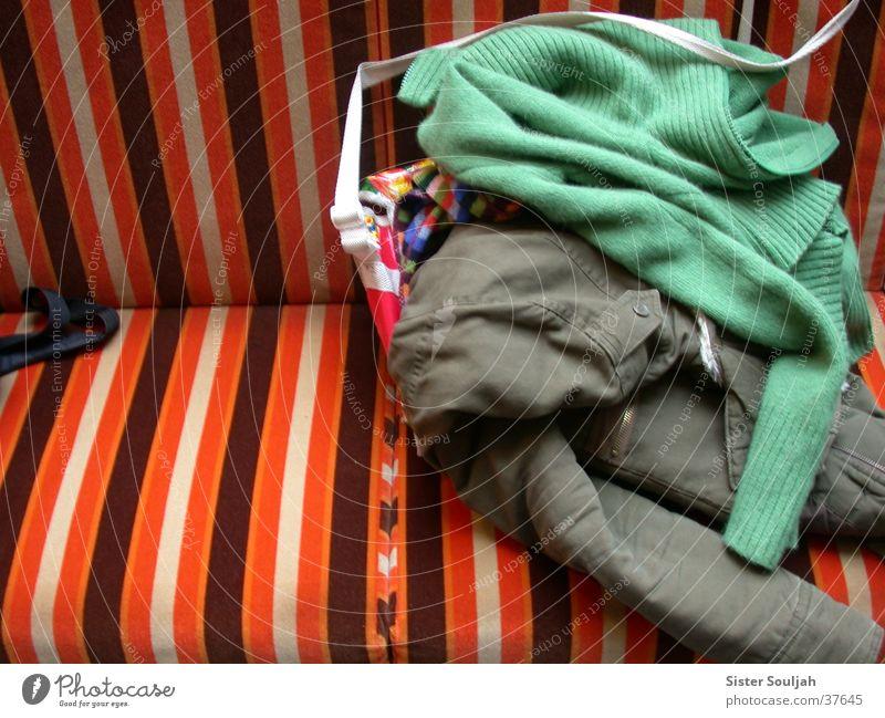 Paarungszeit Bekleidung mehrfarbig Jacke Tasche Strickjacke Streifen Möbel Symbiose Dinge Bank Farbe modern Kreativität Häusliches Leben