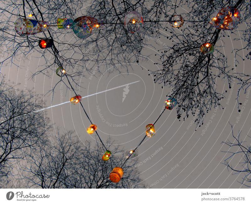 Lichterkette zur jahreszeitlichen Dekoration Lichtdekoration Feste & Feiern Klarer Himmel Abend Lampe kahle Bäume Winter Weihnachten & Advent leuchten Dreieck