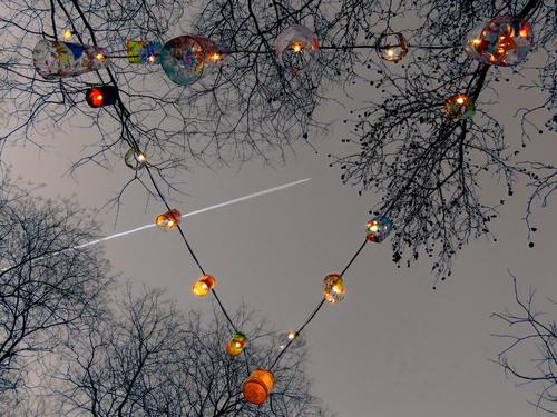 Lichterkette zur jahreszeitlichen Dekoration Lichtdekoration Feste & Feiern Abend Lampe kahle Bäume Winter Weihnachten & Advent leuchten Dreieck farbverfremdet