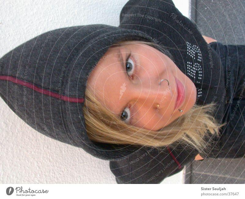 Lilliput Frau Mensch grau Piercing Kapuze Haarsträhne