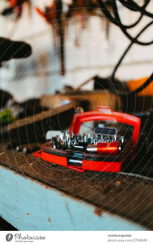 Inbusschlüssel und weitere Werkzeuge Winkelschleifer Kunsthandwerker Kunstgewerbler Schraubstock Ringmaulschlüssel Handwerk Handwerker diy