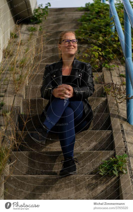 Frau auf Treppe Frauengesicht Junge Frau Porträt 18-30 Jahre Mensch feminin Jugendliche Erwachsene Farbfoto Frauenaugen Haarsträhne natürlich Blick langhaarig