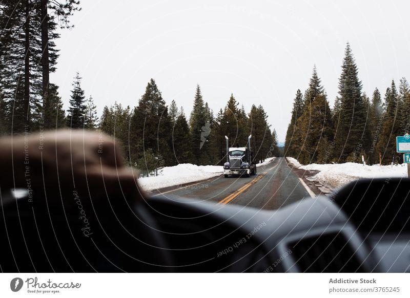 Reisende fahren Auto auf Landstraße durch Winterwald PKW Straße Wald Laufwerk Ausflug Natur reisen Fahrbahn Automobil nadelhaltig USA Vereinigte Staaten amerika