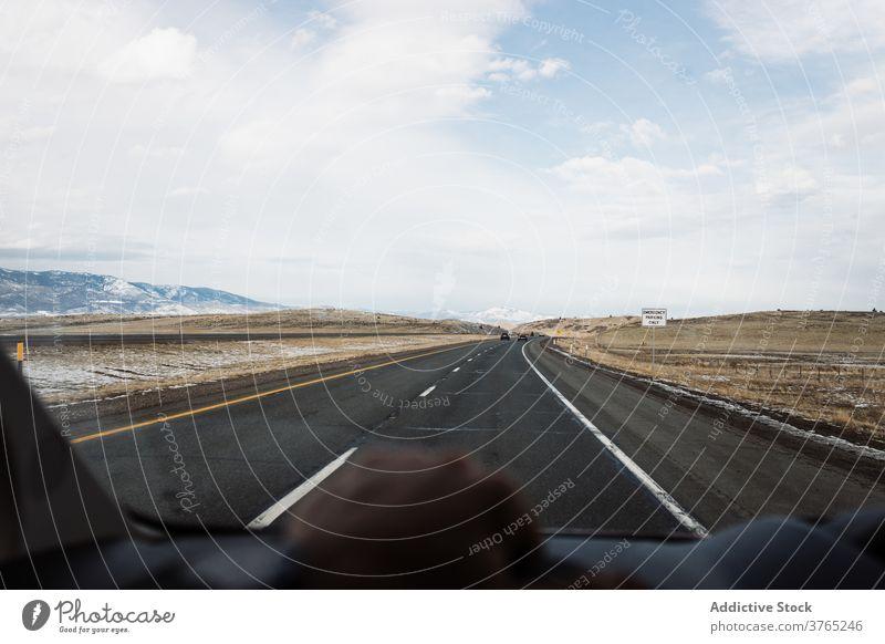 Auto fahren auf der Straße unter Wüste Winter Tal PKW Laufwerk wüst Berge u. Gebirge Windschutzscheibe Route Fahrbahn reisen Autobahn Asphalt USA