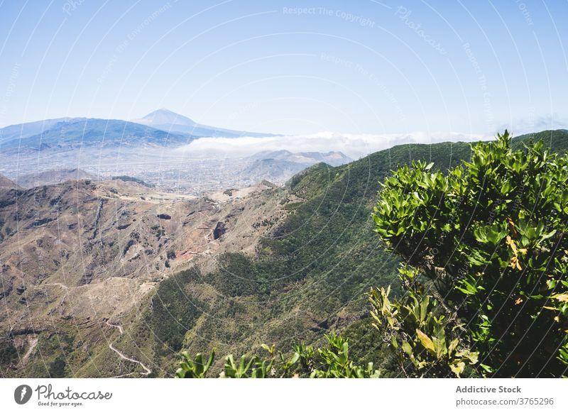 Malerische Landschaft der Berge im Sommer atemberaubend Hochland Berge u. Gebirge grün Ambitus Blauer Himmel Natur felsig Teneriffa Spanien Kanarische Insel