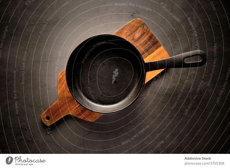 Leere Bratpfanne auf dem Tisch braten Pfanne Küche Kochgeschirr kulinarisch vorbereiten Haushalt Schneidebrett hölzern Geschirr Vorrichtung heimisch Holz