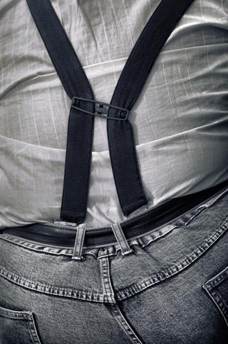 neue trends auf der beleibtheitsskala Übergewicht Hosenträger Gürtel Rückansicht Rücken dick Jeans Fettleibigkeit Hemd Mensch Person Mann sw zu eng korpulent