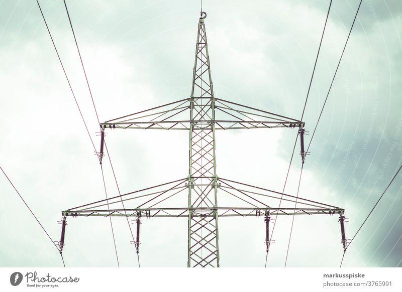 Elektrischer Strommast Kabel Spalte aktuell halbdunkel verteilen Abenddämmerung Effizienz elektrisch Elektrizität elektrizität Energie glühen hoch industriell